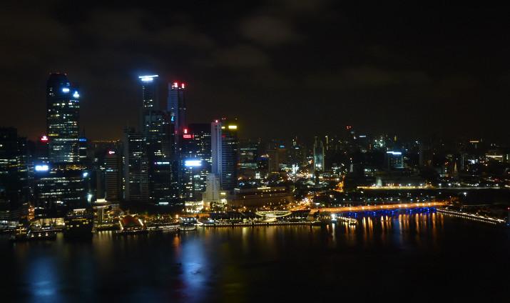 Aussicht bei Nacht aus dem Deluxe Room im 44. Stock auf die Marina Bay