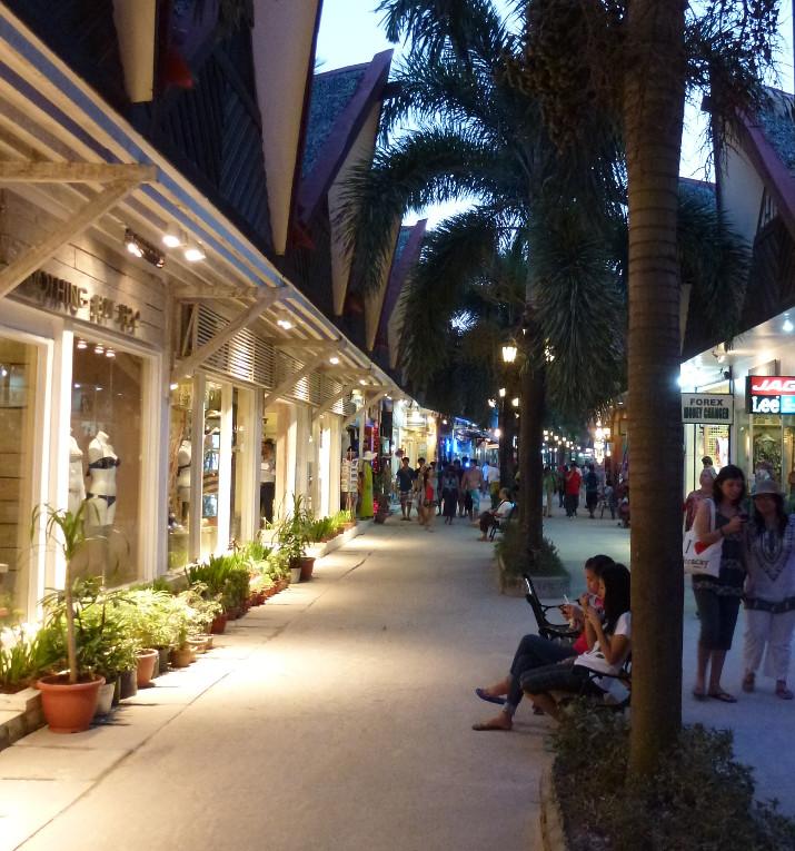 Boracay's Einkaufsstrasse D'Mall- Wo's im Heidiland Deli unter anderem auch Cervelat zu kaufen gibt