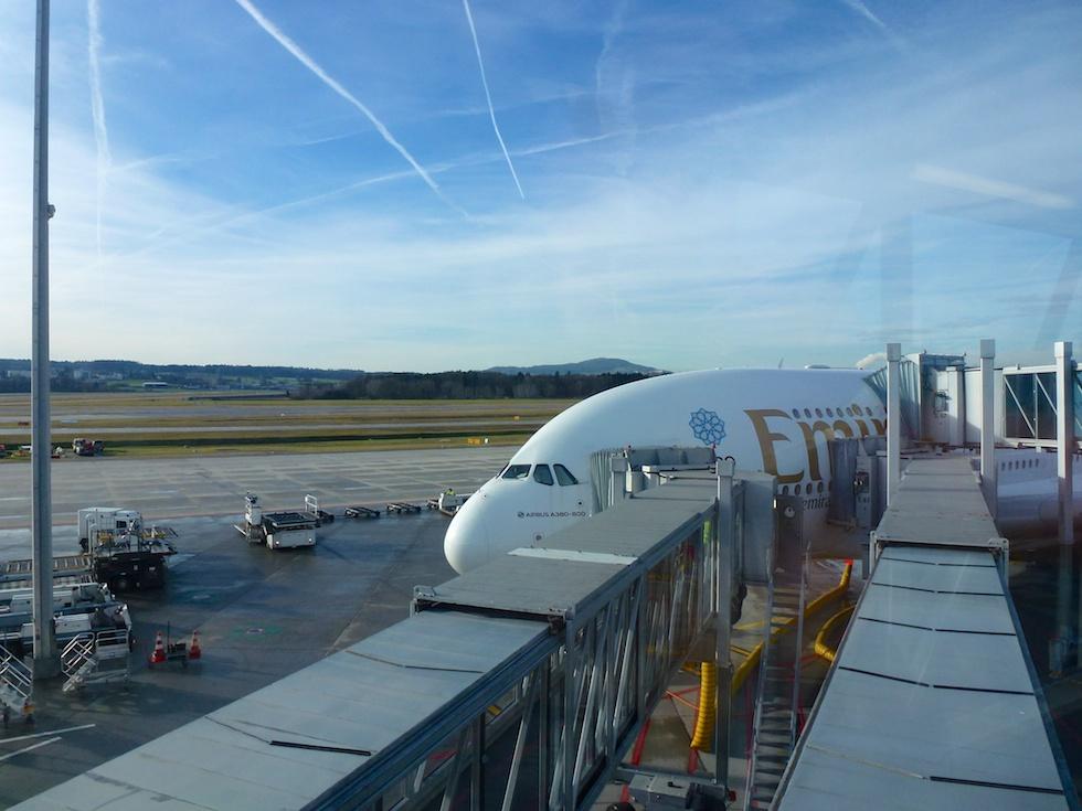 Emirates A380 am Fingerdock am Flughafen Zürich