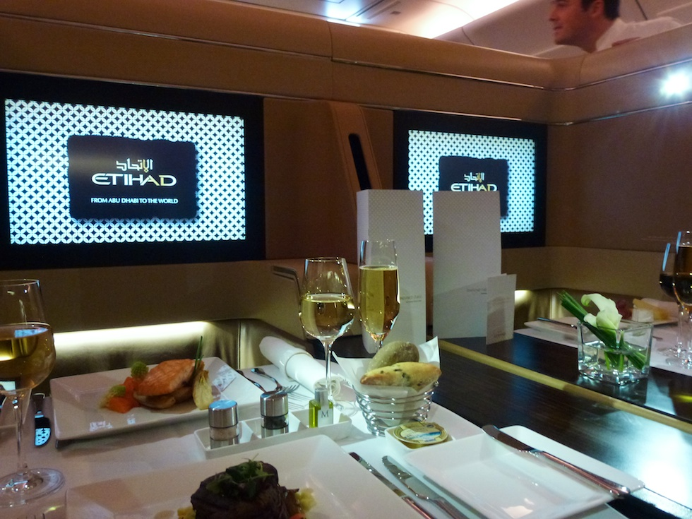 Gediegen dinieren in der First-Class des Etihad A330-300