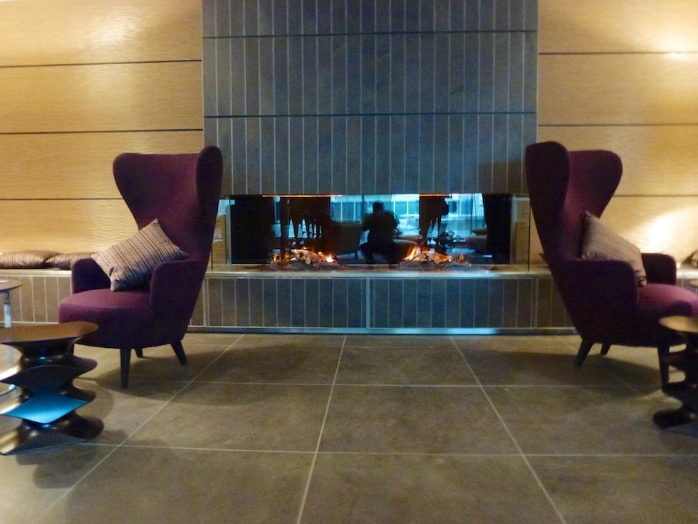 Stylisch: Künstliches Cheminee in der Lobby des Sheraton Zürich