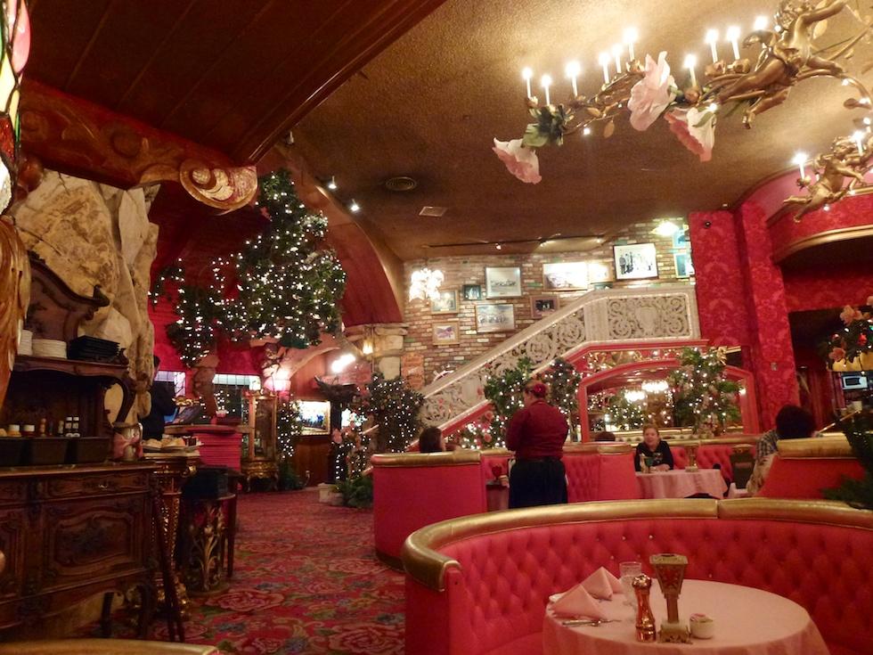 Das Gold Rush Steak House: Rot und pink dominieren (und verwirren nicht nur meine Kamera)