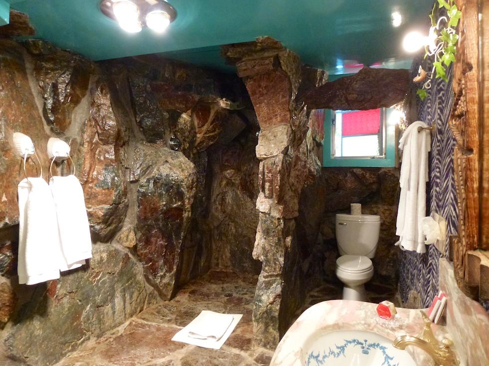 Badezimmer im Jungle Rock Zimmer: Echter Fels und eine Wasserfalldusche