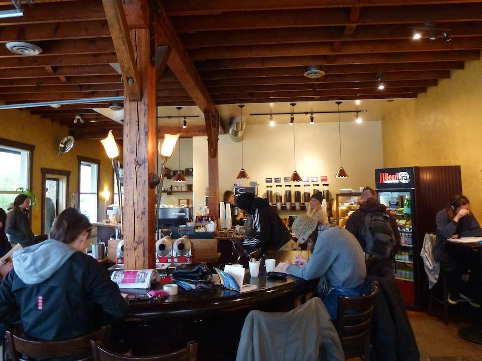 Hausaufgaben, Zeitunglesen oder einfach Kaffee trinken. Typisches Cafe am Commercial Drive