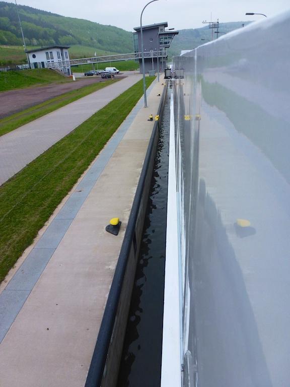 Millimeterarbeit: Einfahrt in eine Schleuse auf der Mosel