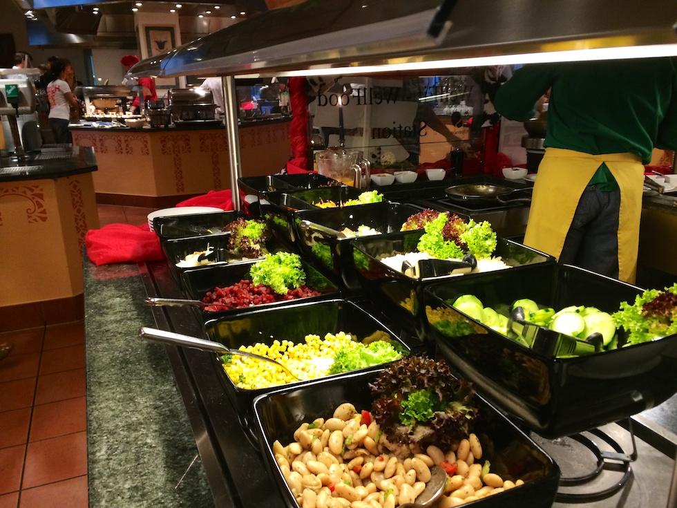 Salatbuffet - Nur eines von vielen Essenstationen im Buffetrestaurant des Robinson Club Schweizerhof