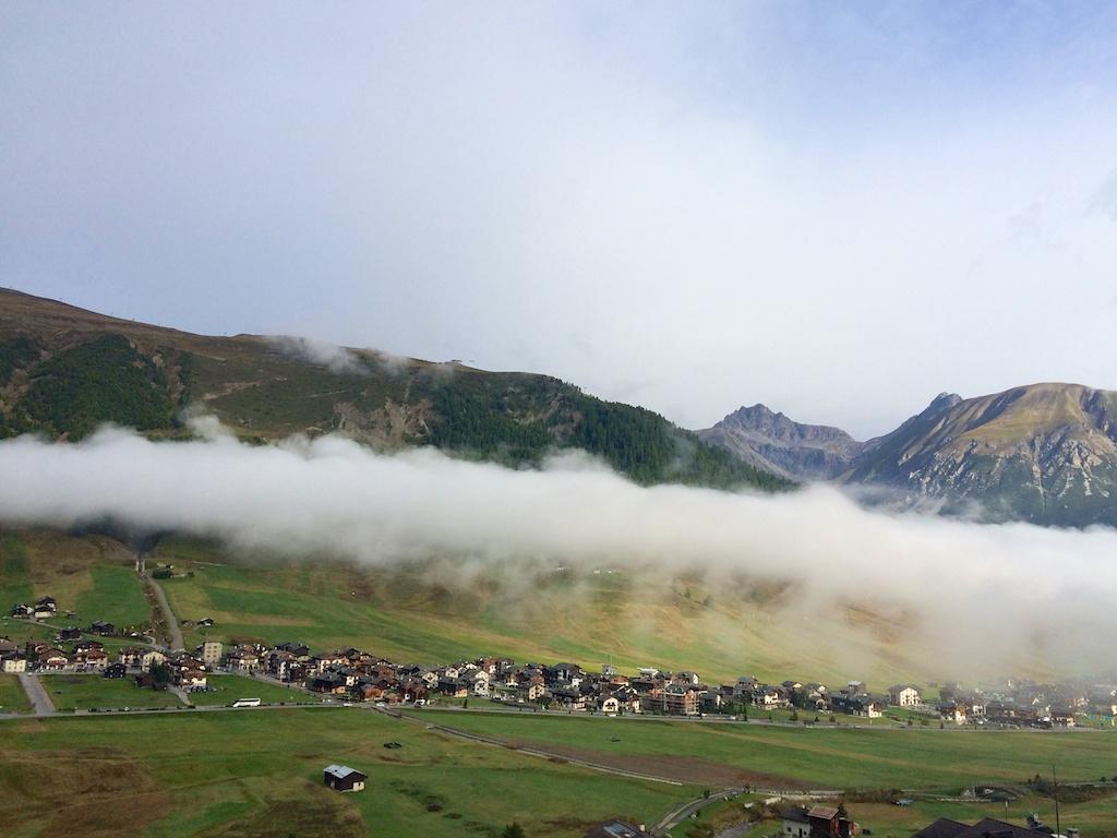 Blick auf das langezogene Dorf Livigno am Morgen