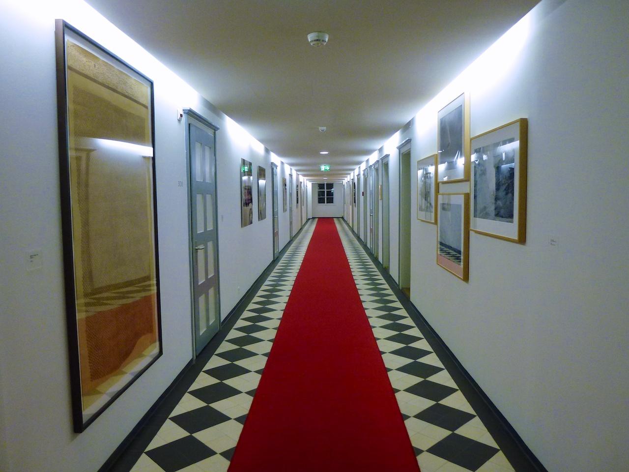 Die Zimmergänge: Während sich die Gäste hinter den doppelten Zimmertüren zurückziehen können, gibts im Gang Kunstwerke aus der Sammlung von Ruedi Bechter zu sehen.