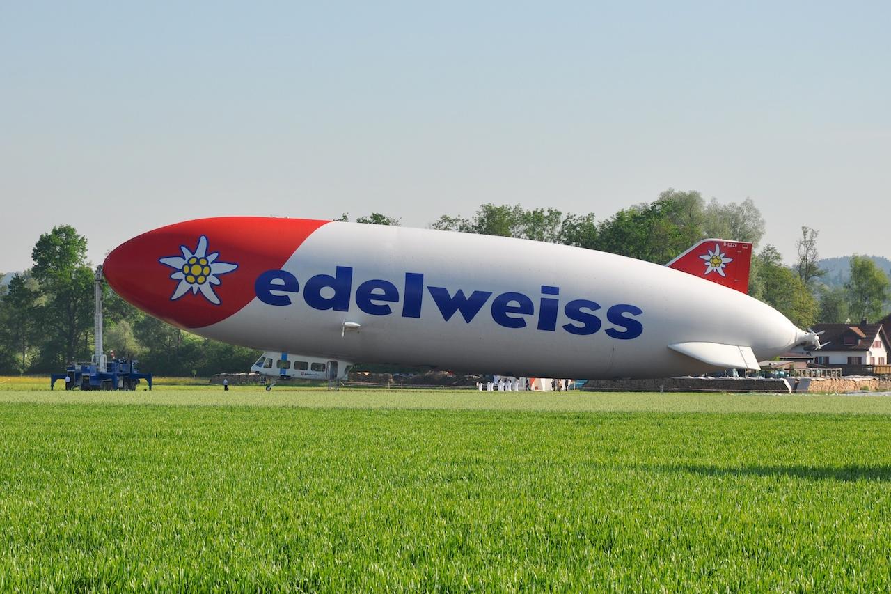 Der Edelweiss Zeppelin, vor dem ersten Flug am Morgen noch am Mast festgemacht.