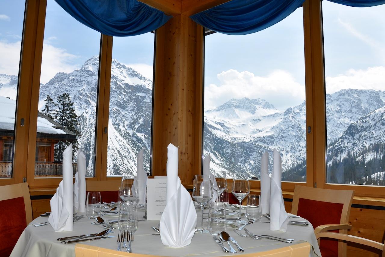 Geniessen mit Aussicht: Speisen im Hauptrestaurant dank inbegriffener Halbpension mit Blick auf die Berge