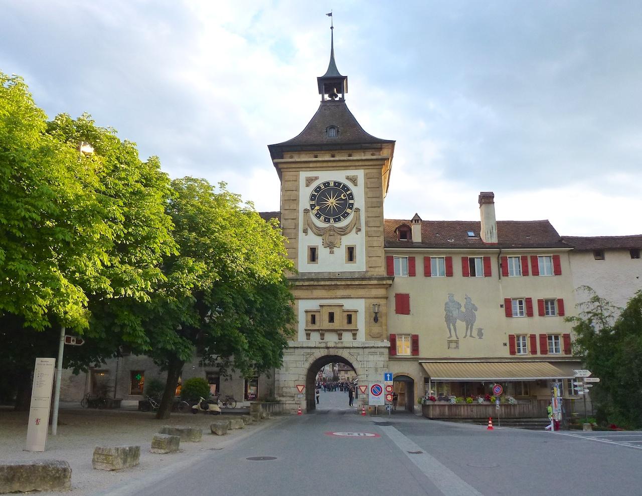 Das Berntor führt direkt in die Murtener Altstadt