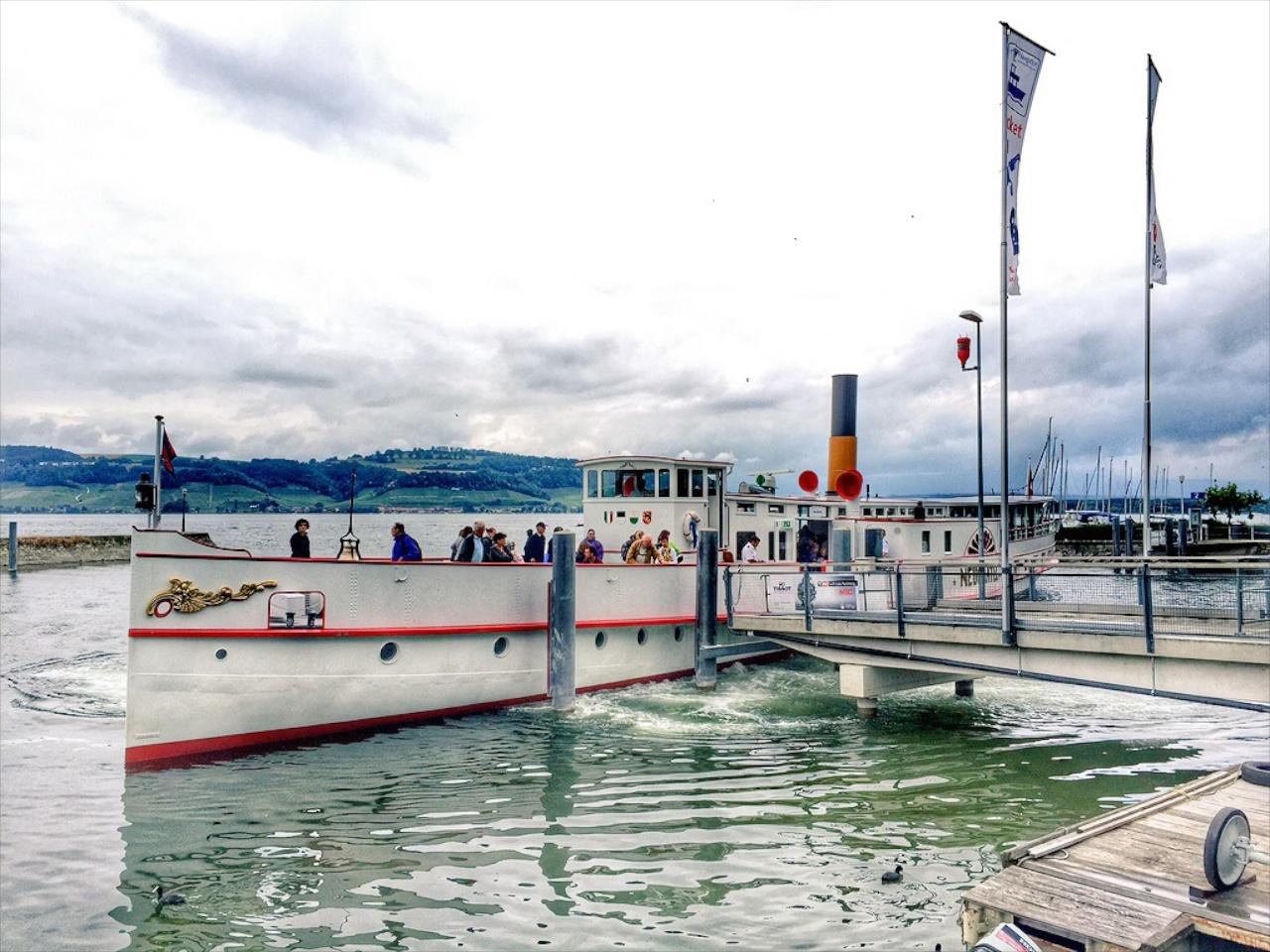 Einsteigen bitte! Der historische Raddampfer Neuchâtel legt in Murten an