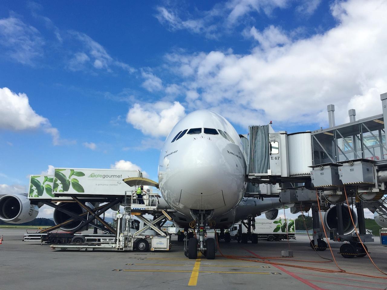 Von allen Seiten bedrängt: Der Emirates A380 am Gate in Zürich