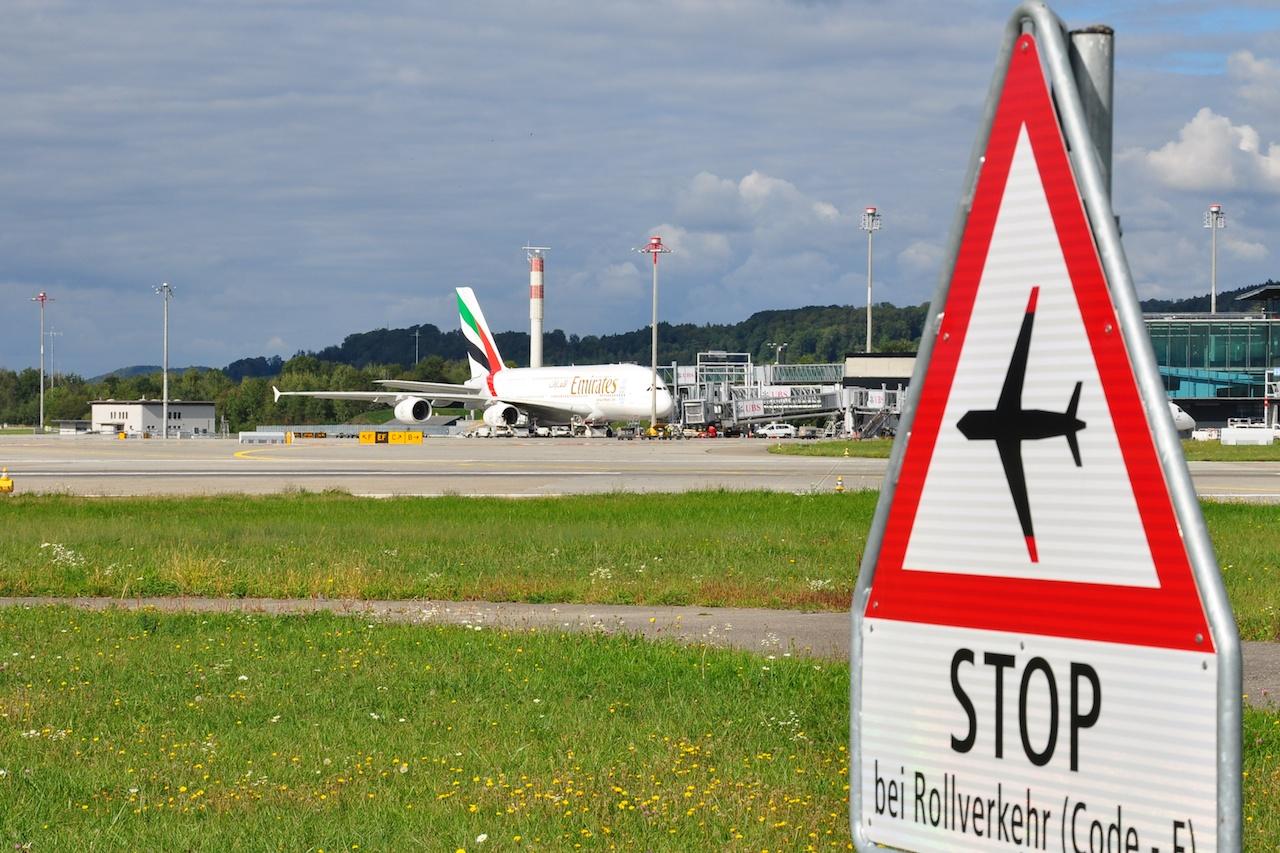 Kein Rollverkehr - Der Emirates A380 am Dock.