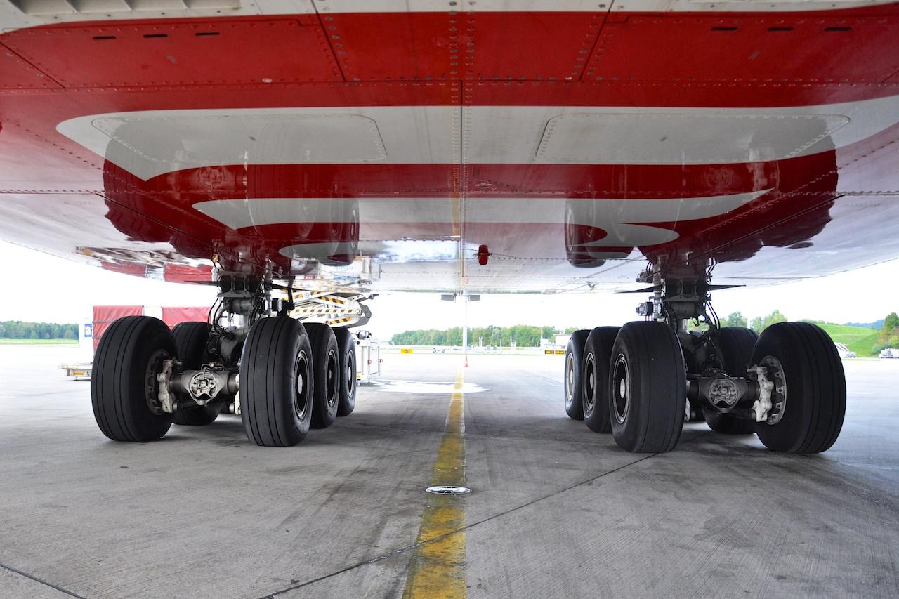 Unter dem Emirates A380. 22 Räder für bis zu 560 Tonnen Startgewicht.