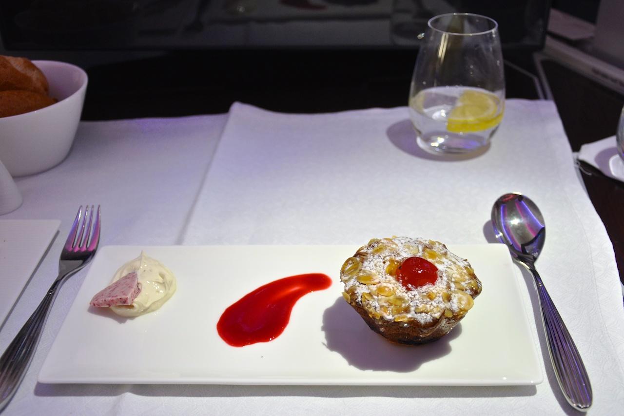 Qatar Airways: Kirschen & Mandel Torte mit Vanilla Mascarpone und Himbeer Sauce