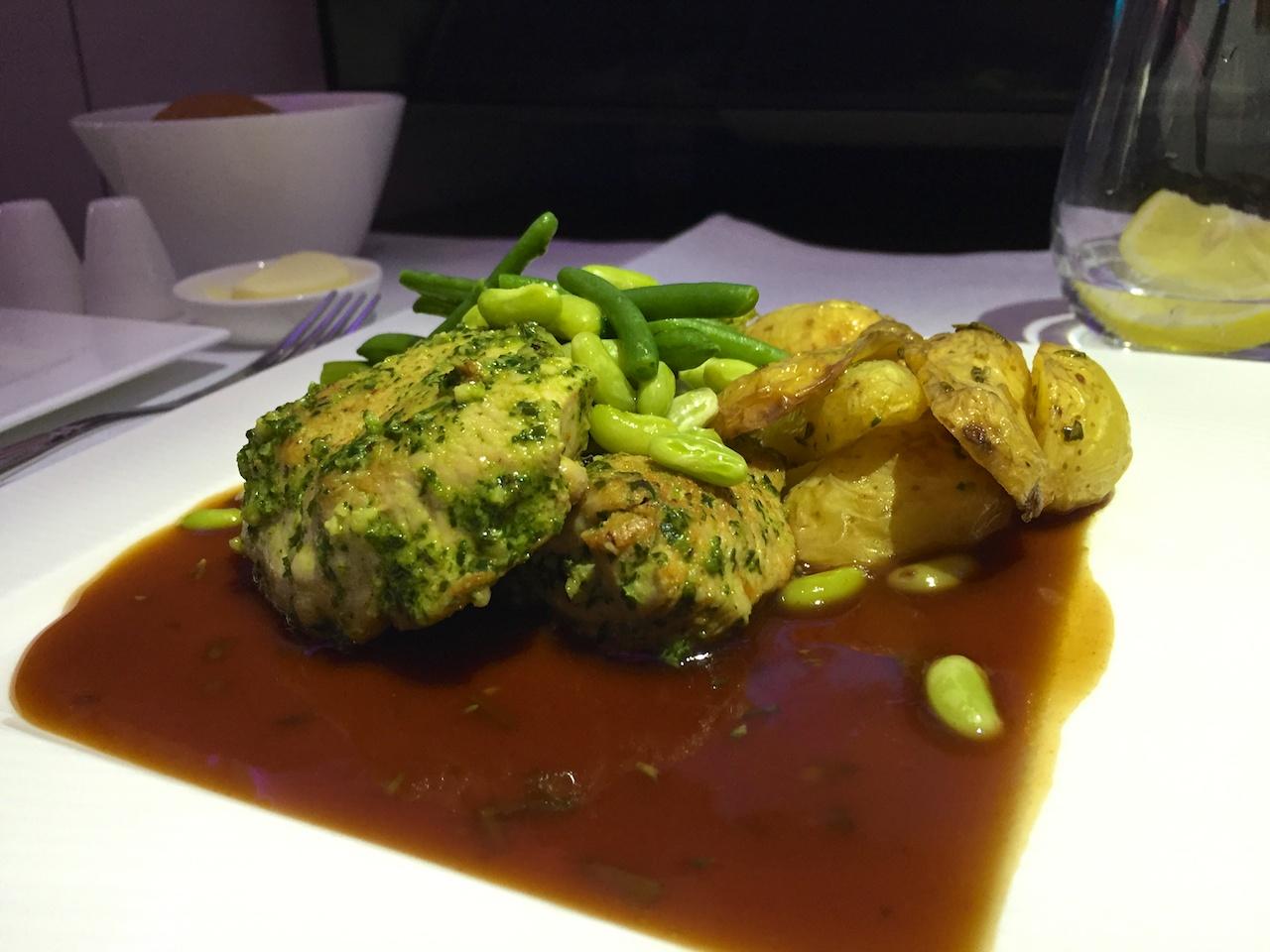 Qatar Airways: In Pesto mariniertes Poulet, serviert mit gebratenen Kartoffeln und Spargeln.
