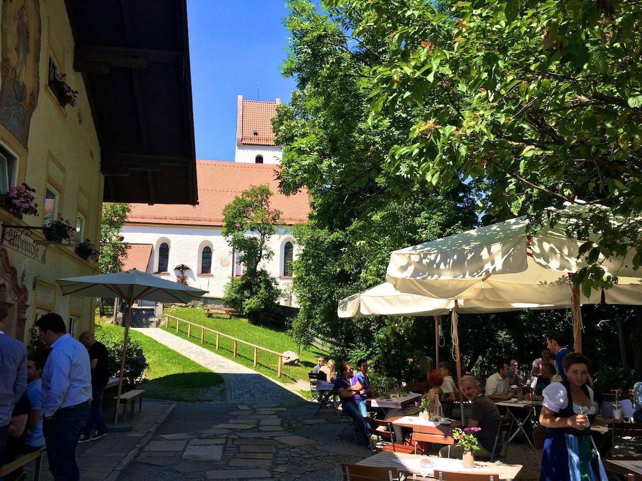 Klischees erfüllt: Mittägliche Stärkung im Gasthof Alpenrose im bayrischen Grainbach
