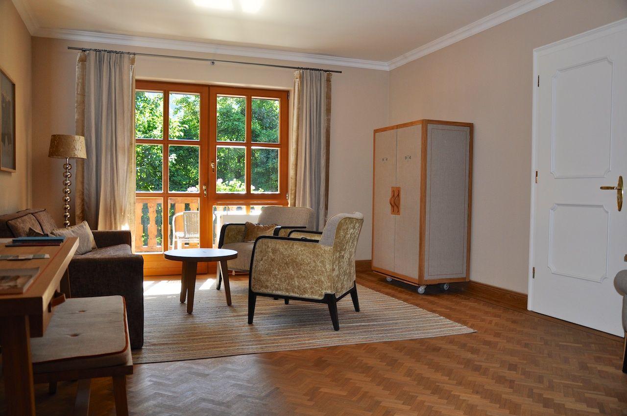 Schlicht und doch edel: Wohnzimmer meiner Bleibe im Hotel Bachmair Weissach