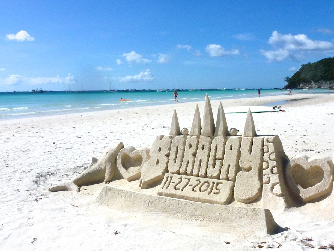 Jeden Tag aufs neue: Sandburgen am White Beach