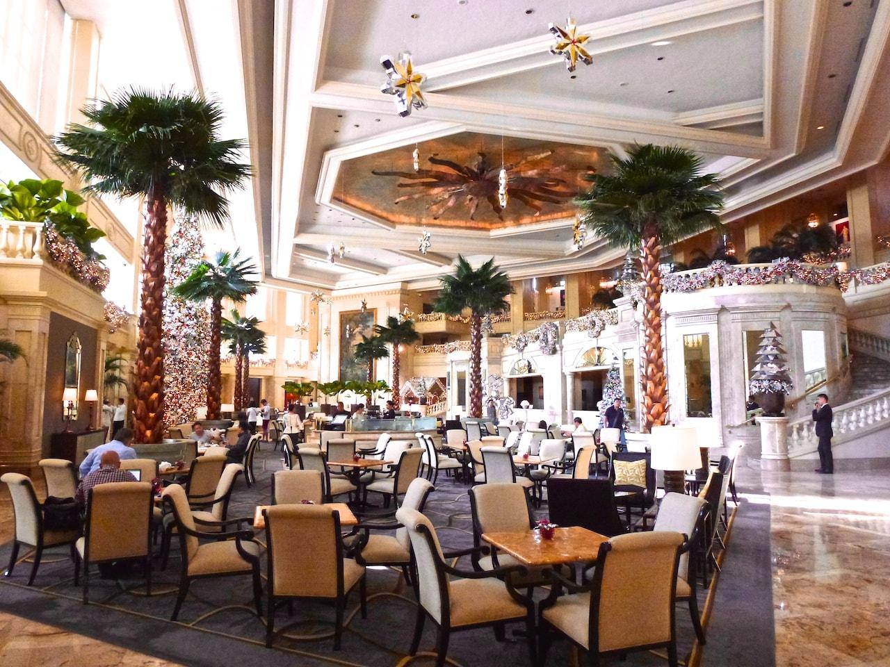 Grossartige Lobby im Peninsula Hotel Manila