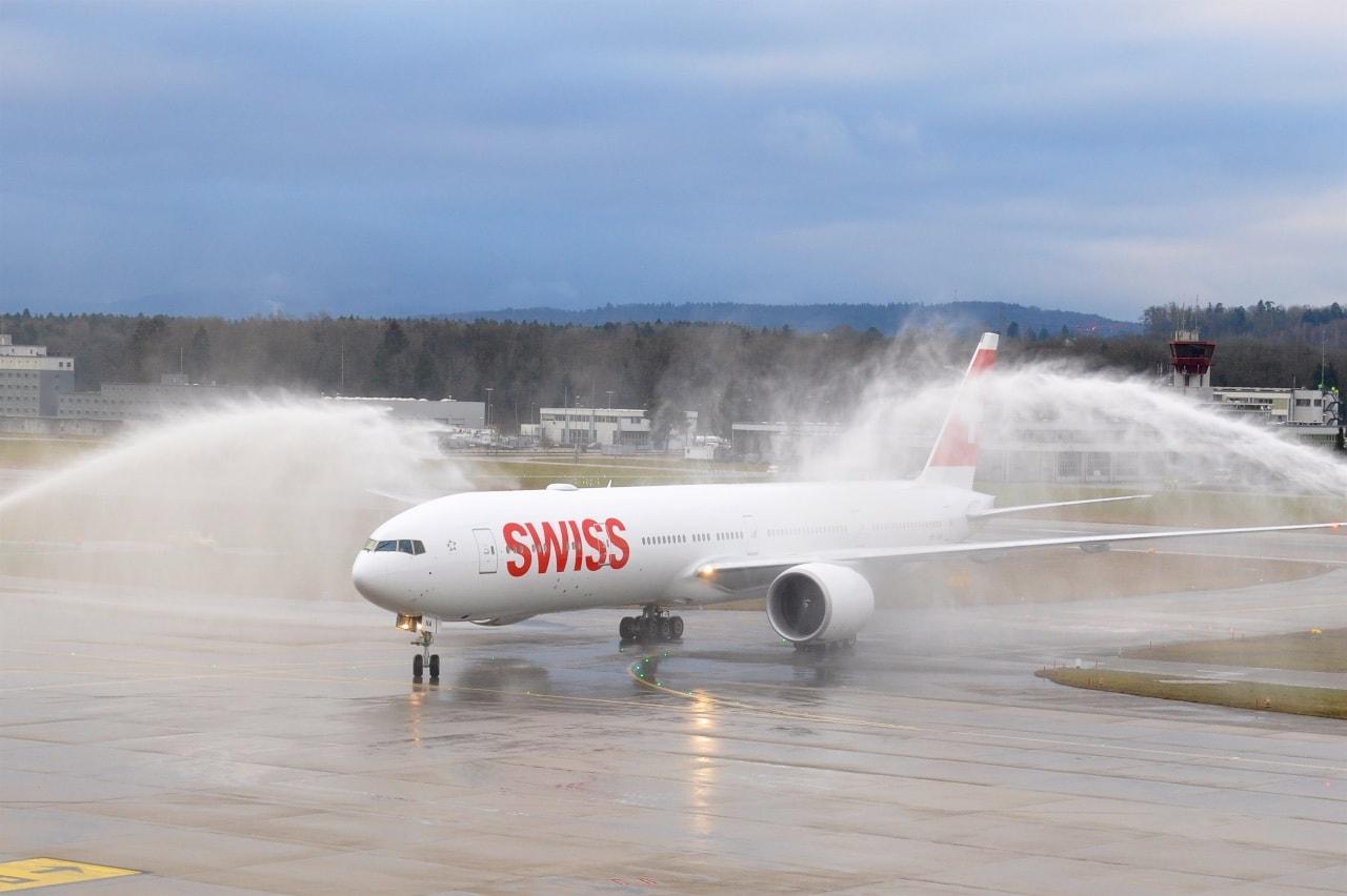 Wie es sich für einen Neuankömmling gehört: Eine Dusche der Flughafenfeuerwehr für die neue SWISS Boeing 777-300ER