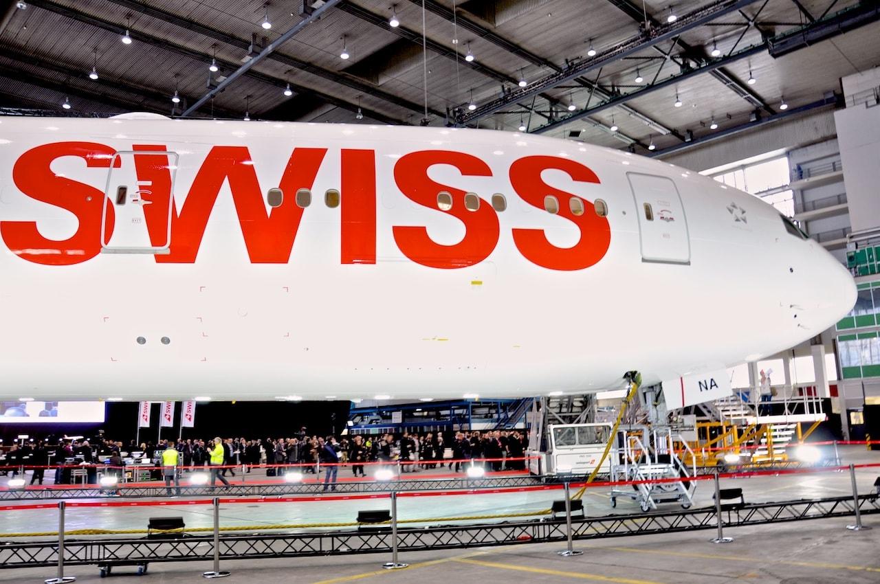 Grosses Interesse an der Boeing 777-300ER im Hangar.