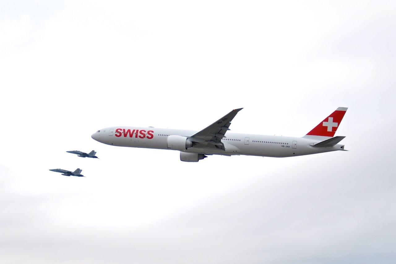 Vor der Landung der Überflug: Eskortiert von zwei F/A-18 der Schweizer Armee