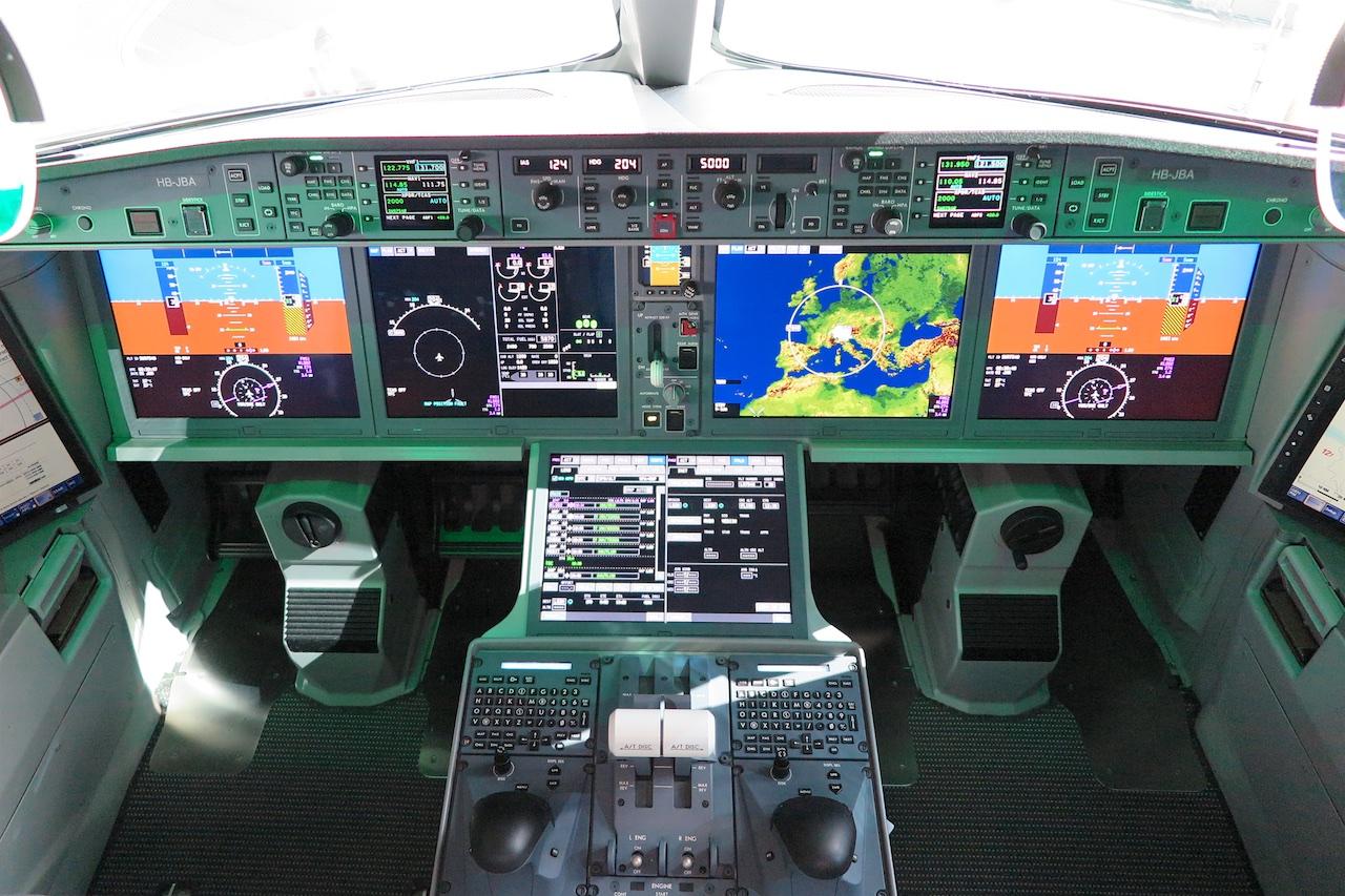 Ein Blick ins Cockpit der Bombardier CS100: Bildschirme dominieren