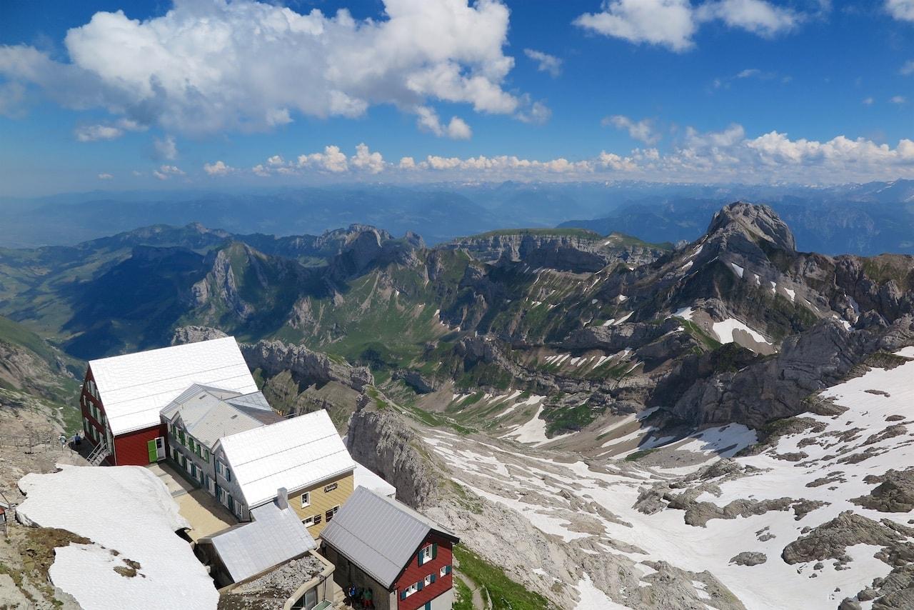 Blick auf das Berggasthaus Alter Säntis und das grandiose Panorama