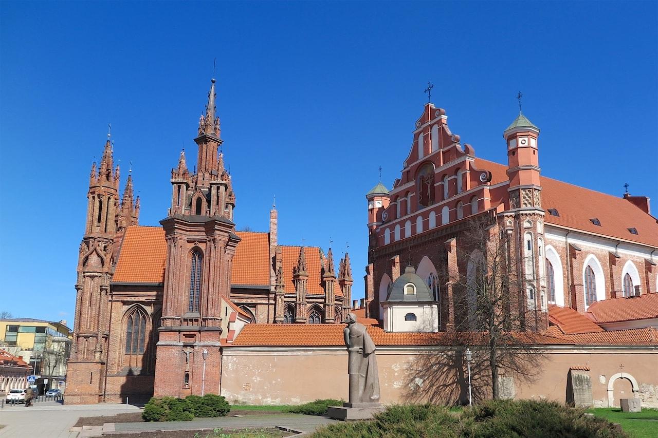 Über 40 Kirchen finden sich in Vilnius. Hier das gotische Ensemble mit der St. Anna- und der Bernhardinerkirche.