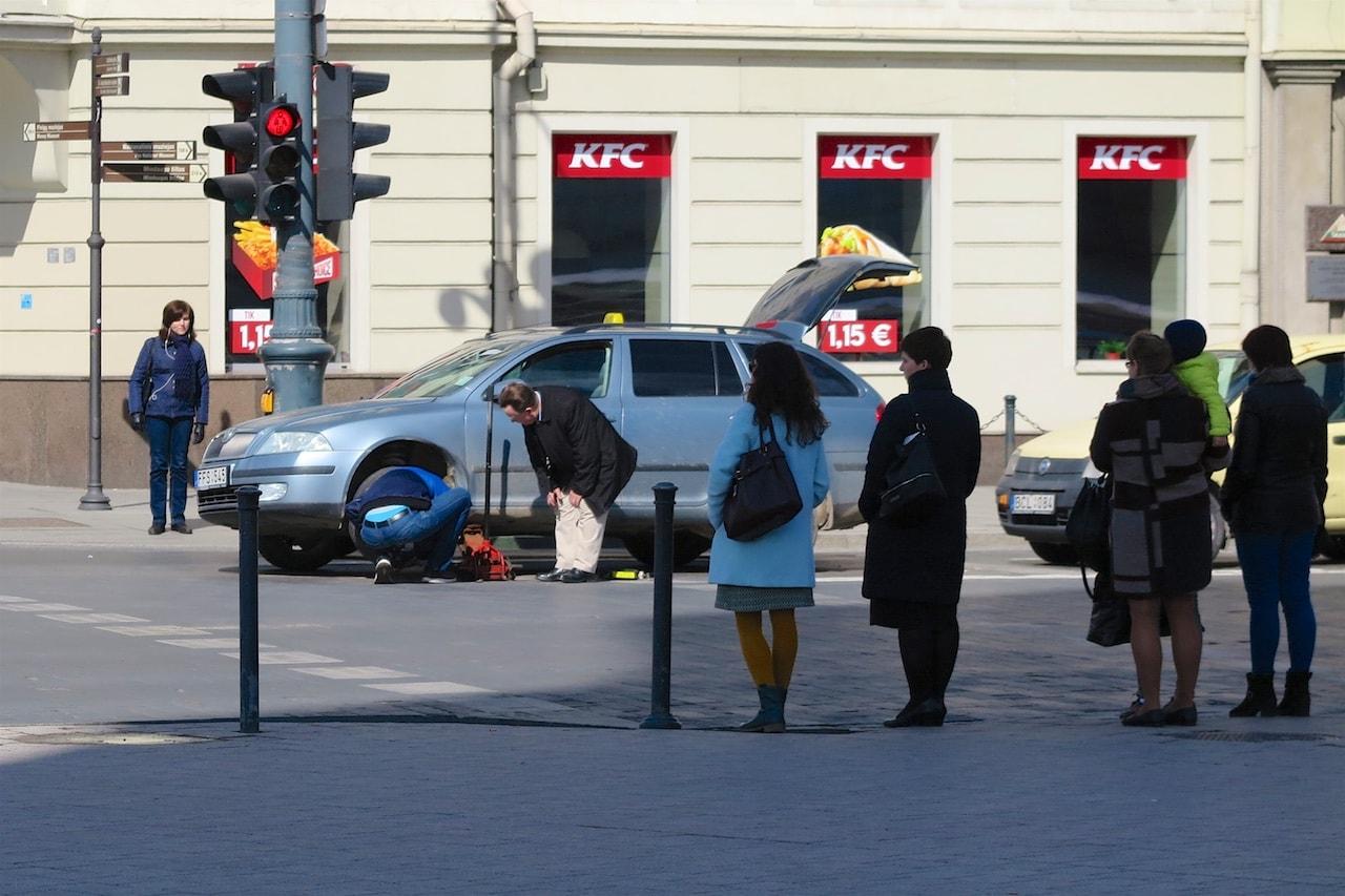Auch das ist Vilnius: Radwechsel mitten auf der Strasse