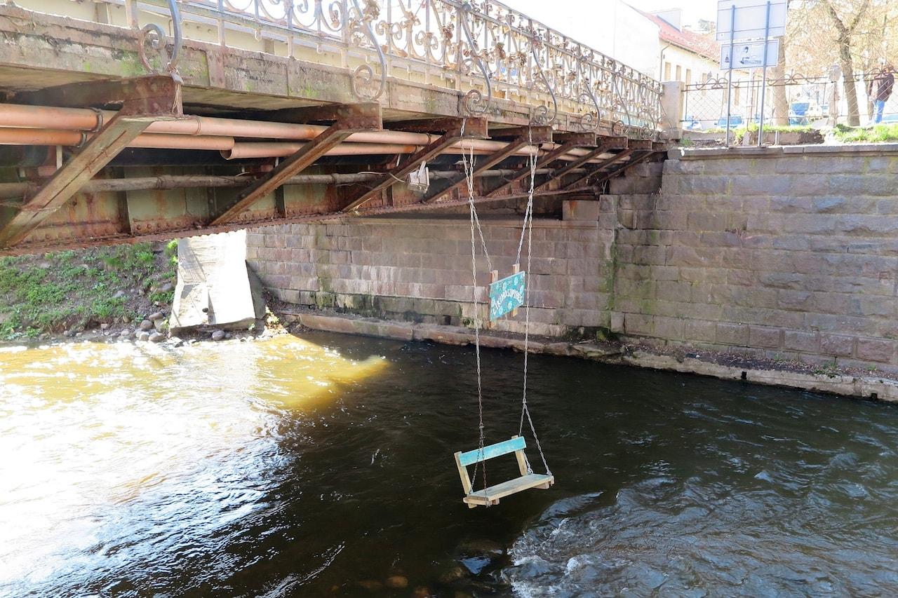 Für ruhige Stunden am Fluss: Hängende Sitzbank im Künstlerviertel