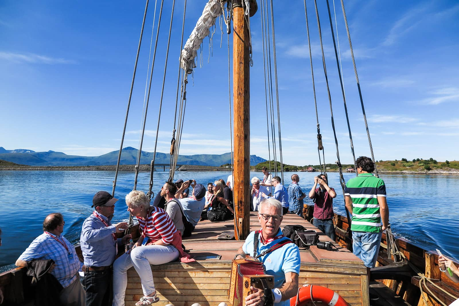 Überfahrt nach Haholmen. Stilgerecht an Bord eines Nachbaus eines Wikinger-Schiffs.