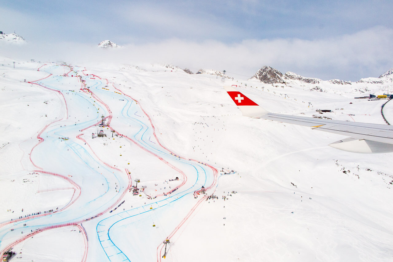 Die Sicht aus der Bomardier CS100 auf das Abfahrtsgelände der Ski-Weltmeisterschaft in St.Moritz.