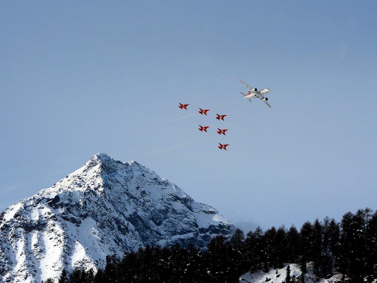 Sicht vom St.Moritzer-See auf das Airdisplay von SWISS und Patrouille Suisse (Foto: Peter Brandenberger, engadin-pictures.ch & visuell.li , Bever)