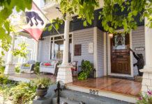 Typisch für die historische Altstadt von New Bern: Häuser im Kolonialstil, und: Der Bär als Wappenzeichen.