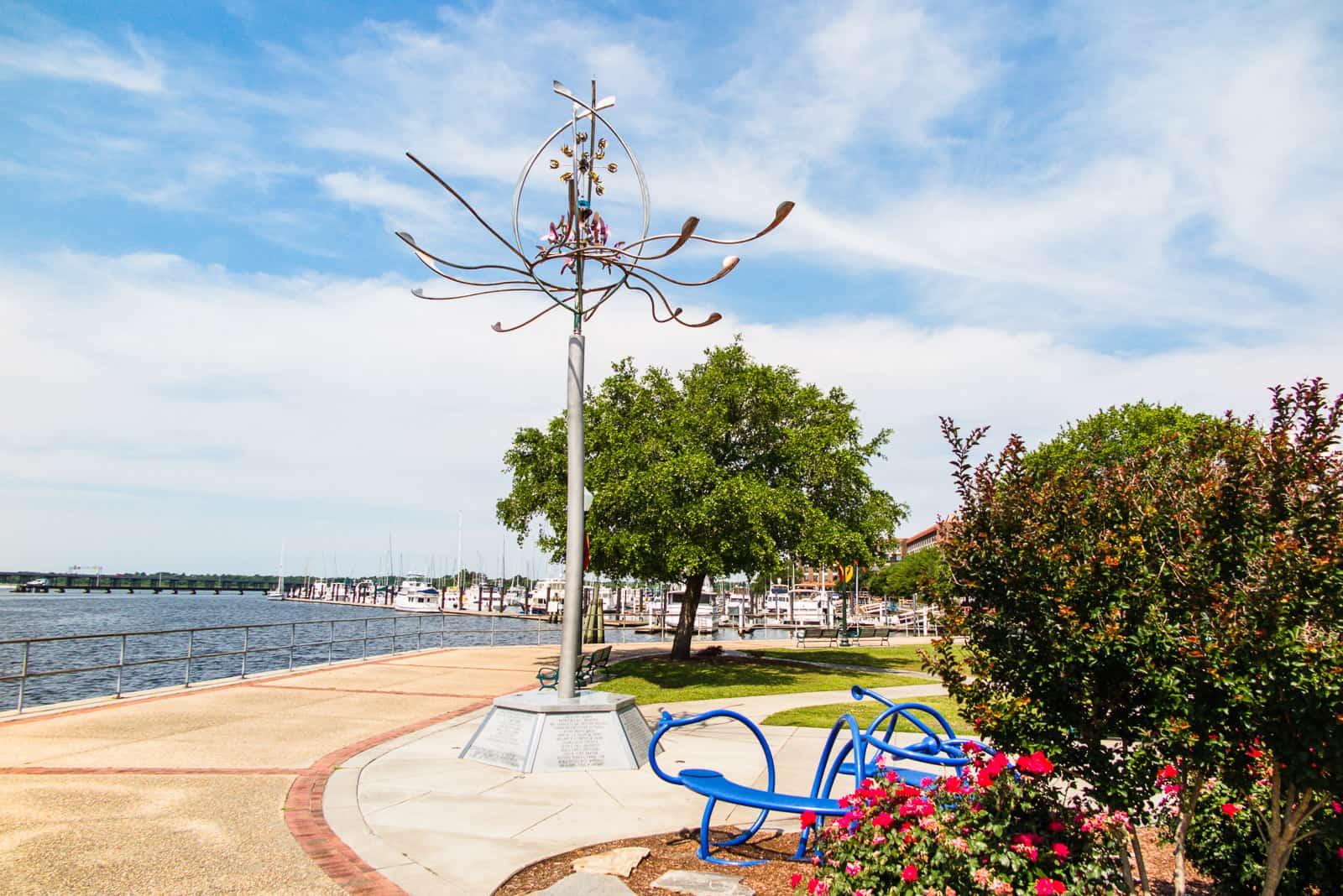 An der Uferpromenade von New Bern mit der Skulptur Spider Lily.