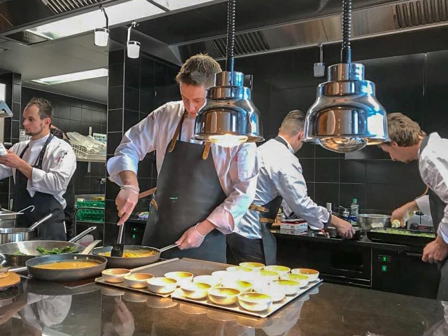 Blick in die Küche der Swiss First Lounge