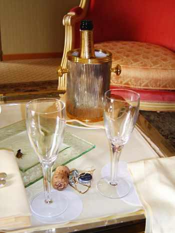 Nicht weggeräumter Champagner mit Gläsern